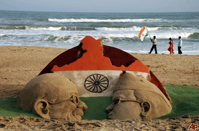 Amazing-Sand-Art-On-The-Eve-Of-Independence-Day-Of-India