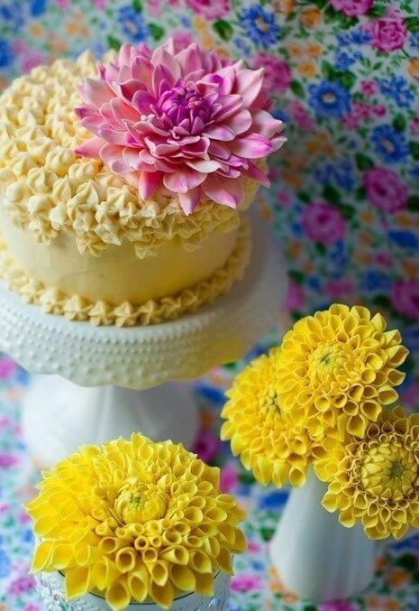 chrysanthemums-to-decorate-the-birthday-cake-b