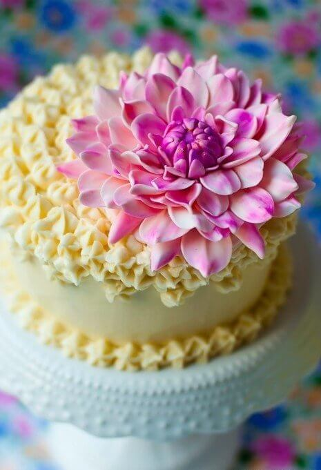 chrysanthemums-to-decorate-the-birthday-cake-c